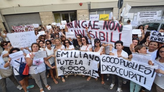 Scuola, a Bari la protesta dei docenti precari: dopo i nastrini 'rossi' arrivano i 'bianchi'