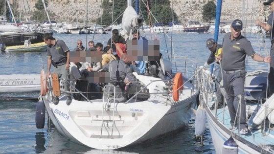 Salento, yacht con 84 migranti al largo di Otranto: a bordo donne e bambini, fermati i tre scafisti
