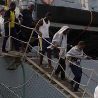 Migranti a Brindisi, una donna di 22 anni partorisce durante le operazioni di sbarco