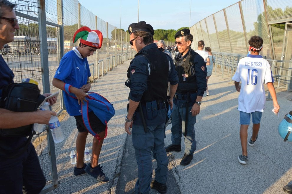 Bari, due chilometri di coda per assistere a Italia-Francia