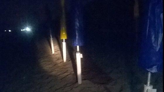 Salento, ombrelloni e lettini sulla spiaggia: blitz notturno per sequestrarli