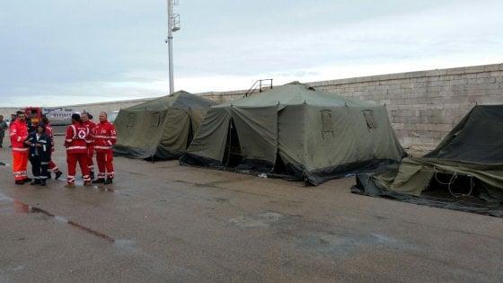 Puglia, posti esauriti nei centri di accoglienza: tende per 50 migranti nel porto di Gallipoli