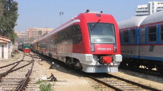 """Ferrovie Sud Est, stop ai treni in Puglia: non sono sicuri. La rivolta dei pendolari bloccati: """"È caos"""""""