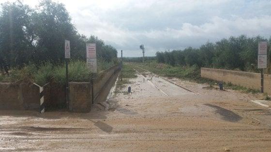 Maltempo, in Puglia ferrovie in tilt per i fulmini: 30 treni in ritardo. A Foggia esonda il Candelaro