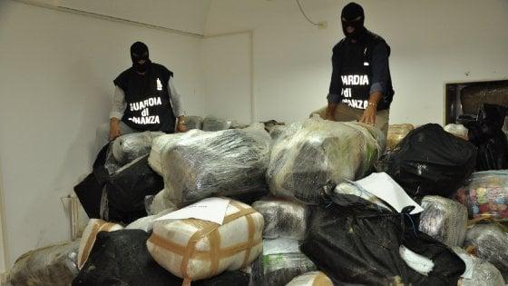 Salento, 3,8 tonnellate di marijuana nel casolare protetto dalle telecamere: undici arresti