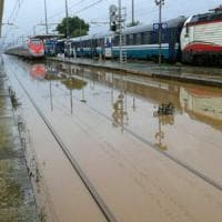 Maltempo, la Puglia è divisa in due: treni bloccati fra Bari e Lecce, strade allagate e traffico in tilt