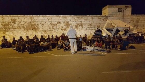 Otranto, 62 migranti soccorsi al largo e ospitati nel palasport. Fermati i due scafisti