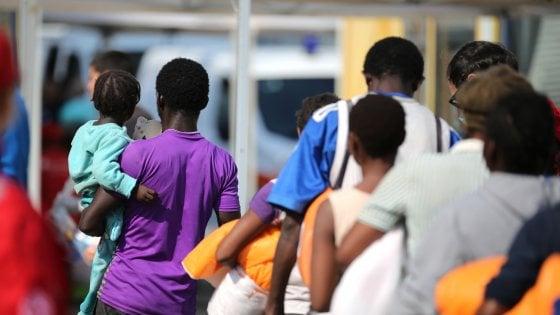 Taranto, durante lo sbarco inizia il travaglio: migrante partorisce d'urgenza in ospedale
