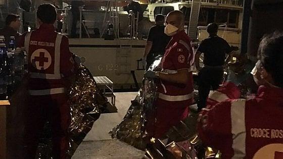 Migranti, nel Salento soccorse 75 persone: ci sono anche due neonati. A Brindisi sbarcano in 391