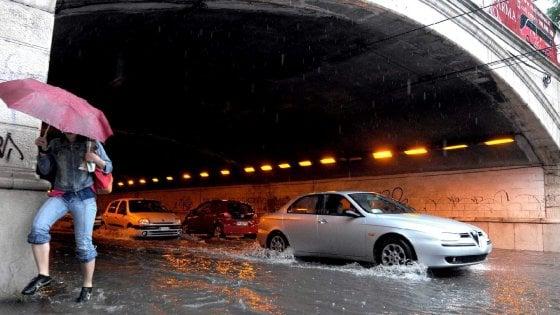 Sottovia allagati a Bari dopo l'acquazzone: la città spezzata in due