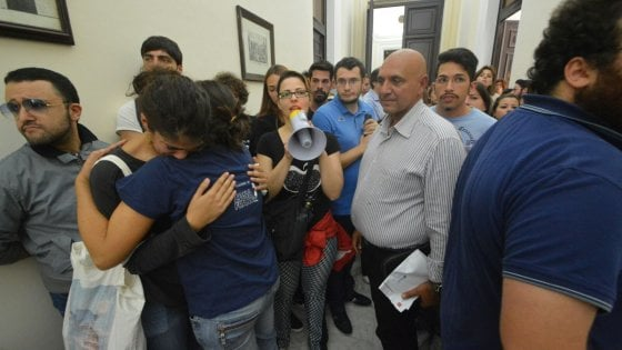 """Università, a Bari studenti in lacrime dal rettore: """"Non possiamo permetterci tasse così care"""""""