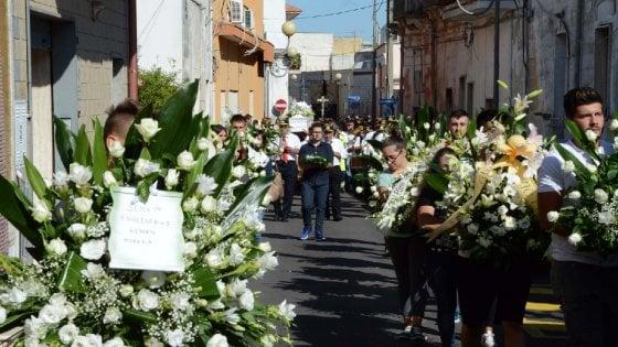 """Taranto, l'ultimo saluto all'operaio Ilva schiacciato da un rullo. Il vescovo: """"Non ne possiamo più"""""""