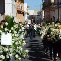 Taranto, l'ultimo saluto all'operaio Ilva schiacciato da un rullo. Il vescovo: