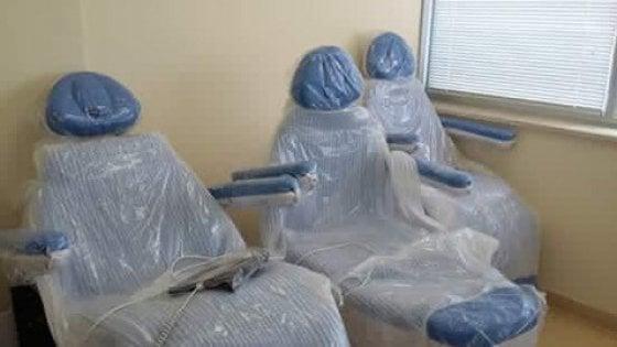 Taranto, le nuove poltrone per la chemio restano imballate: pazienti in terapia su sedie normali