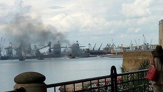 Taranto, esplosione su una nave cisterna nel porto: feriti lievemente due marinai