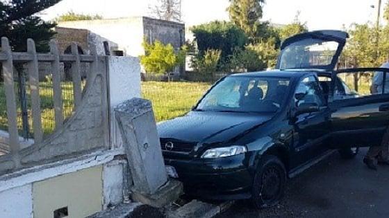 Brindisi, si schianta con l'auto contro bus di studenti: muore 50enne, illesi i ragazzi