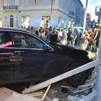Lecce, terrore in pieno centro: suv travolge un pedone e il gazebo di un bar, non ci sono...