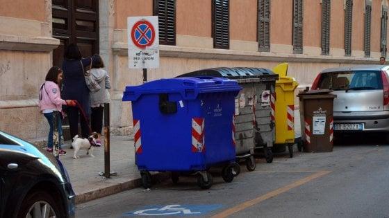 Bari, scooter e furgoni parcheggiati sulle strisce gialle: ecco la città che non rispetta i disabili