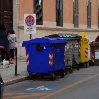 Bari, scooter e furgoni parcheggiati sulle strisce gialle: ecco la città