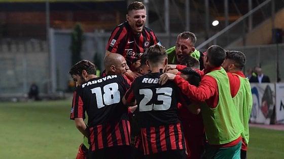 Calcio, il Foggia vince 2-0 il derby di Lega Pro col Taranto: è primo davanti al Lecce