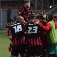 Calcio, il Foggia vince 2-0 il derby di Lega Pro col Taranto: è primo davanti