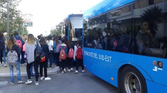 Lecce, studenti in piedi nei bus Sud Est sovraffollati: intervengono i vigili e li fanno scendere
