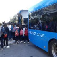 Lecce, studenti in piedi nei bus Sud Est sovraffollati: intervengono i vigili