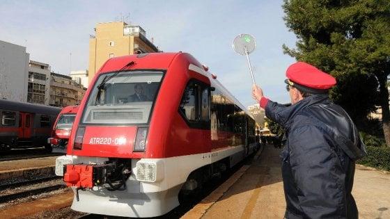 """In Puglia treni a 50 all'ora su 11 linee a rischio sicurezza. L'ira dei pendolari: """"Incubo ritardi"""""""