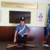Taranto, seminano panico a spasso con il fucile carico: arrestati padre