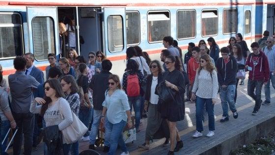 Trasporti, treni lumaca per la sicurezza: un'ora di attesa e corse soppresse. L'ira dei pendolari