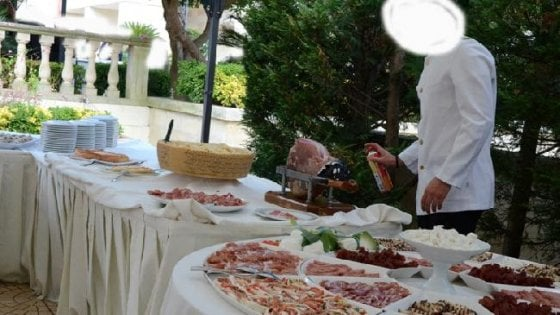 """""""Il cameriere spruzza insetticida sul buffet del matrimonio"""", in Salento allarme per la foto sul web"""