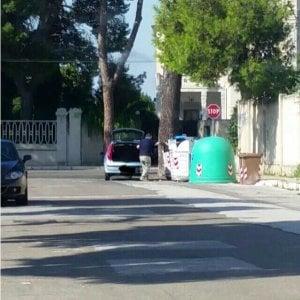 Bari, lo street control sui rifiuti: dieci multe con le telecamere nascoste sulle auto dei vigili