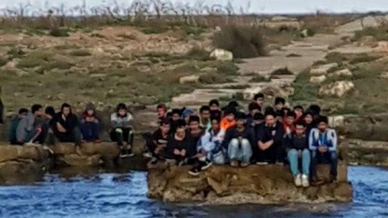 Gallipoli, 54 migranti sbarcano sull'isola del faro: nello Jonio la nuova rotta degli scafisti