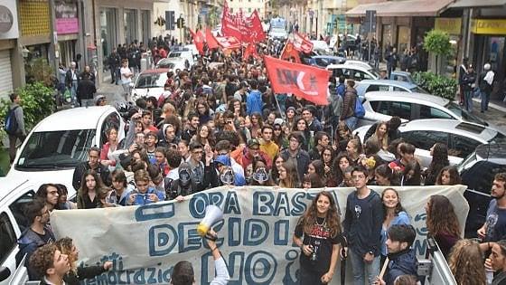 """Scuola, a Bari studenti travestiti da scimmie: """"Noi in piazza per dire no alla riforma"""""""