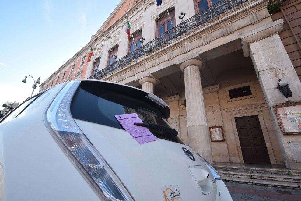 Bari, raffica di (finte) multe: sulle auto c'è una poesia