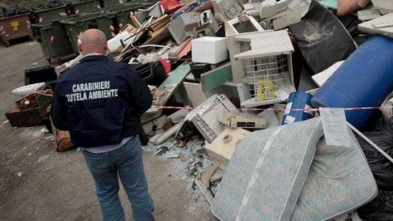 Bari, frigoriferi e forni abbandonati davanti alla statale: scoperta maxi discarica abusiva