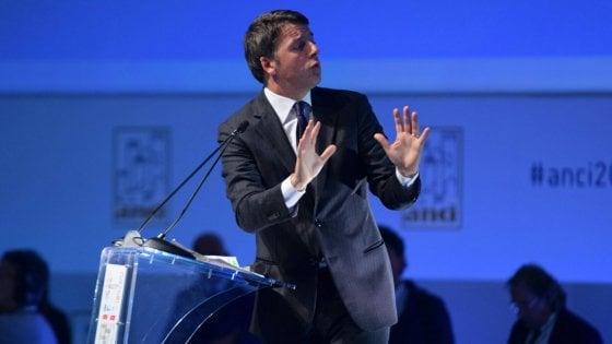 """Anci, Renzi ai sindaci: """"Rottamiamo la filosofia degli impiegati alla Checco Zalone"""""""