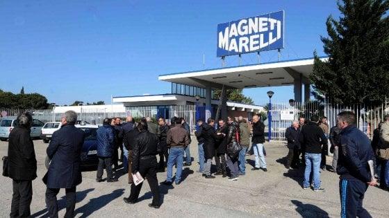 Puglia, buoni benzina agli operai come premio di produzione: sindacati divisi