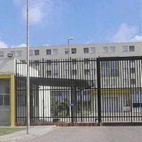 Lecce, porta al figlio detenuto polpette ripiene di hashish: sviene durante