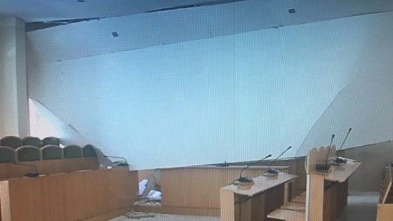 Castellaneta, crolla il controsoffitto nell'aula consiliare: paura e nessun ferito