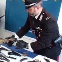Bari, scoperto l'arsenale del clan Parisi: era nel box di un insospettabile, arrestati in...