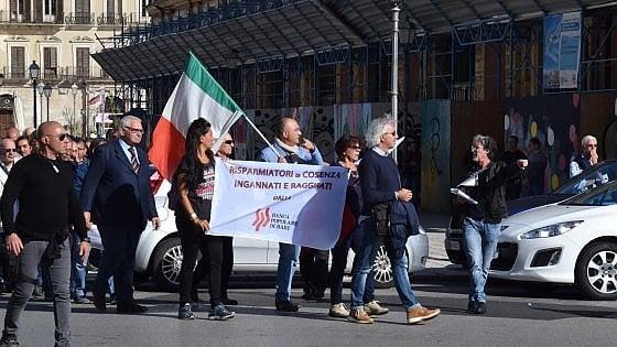 """Banche, i soci della Popolare di Bari: """"Raggirati"""". L'istituto: """"I nostri titoli meno danneggiati"""""""