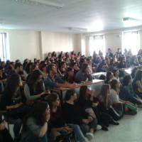 Università di Bari, studenti in piedi a lezione: le aule sono poche e le