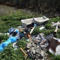 Bari, una discarica abusica nel terreno agricolo: denunciate 8 persone