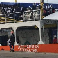 Taranto, sbarcano 520 migranti nel porto: a bordo 90 bambini soli. Molte donne sono...
