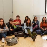 """Bari, universitari interrompono la lezione per protesta: """"Qui mancano anche le aule"""""""