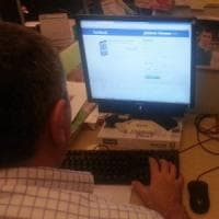 Lecce, la sua fidanzata chatta su Facebook: spara contro la finestra del
