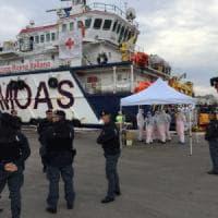 Brindisi, sbarcano 347 migranti salvati nel Mediterraneo: a bordo 2 donne