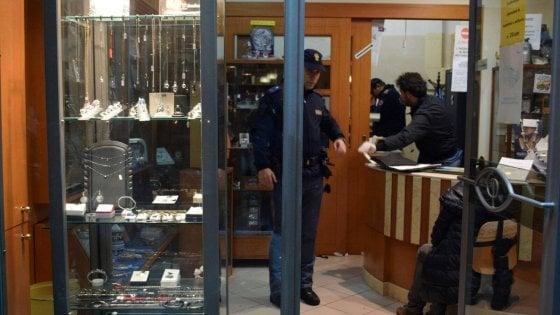 Bitonto, colpi di pistola durante rapina in gioielleria: ferito titolare