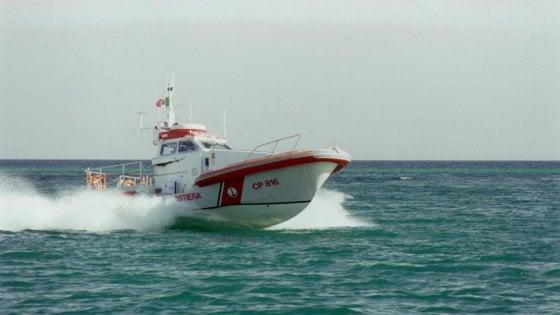 Salento, barca lancia l'sos al largo di Otranto: la Capitaneria trova a bordo un ricercato